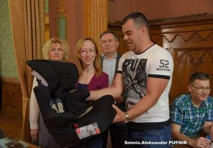 Gradonačelnica Vršca uručila sedišta za bebe