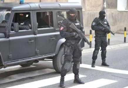 Policija sa dugim cevima na ulazu u Vršac