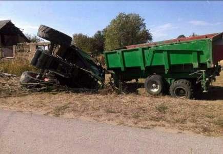 Divljao traktorom po Šušari, pa se prevrnuo (VIDEO)
