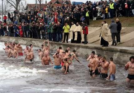 Plivanje za časni krst u Vršcu i ove godine na jezeru