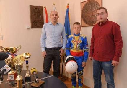 Mladi vršački vozač kartinga dobija pomoć grada